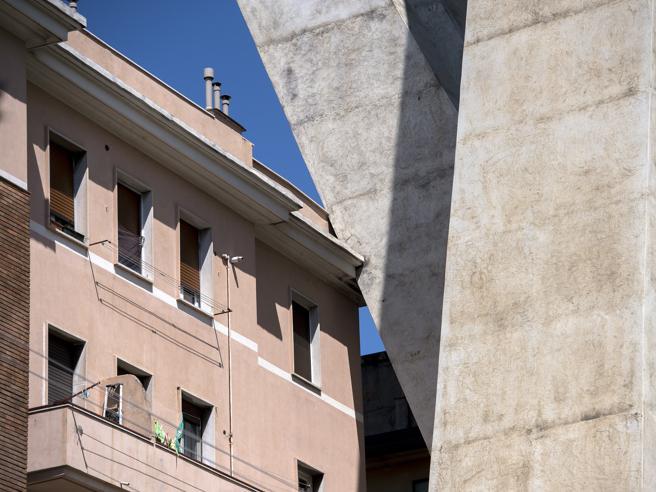Così il ponte Morandi poggia direttamente sulle case dei genovesi