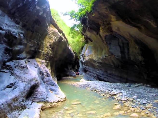 Calabria, pioggia ingrossa torrente: escursionisti bloccati,