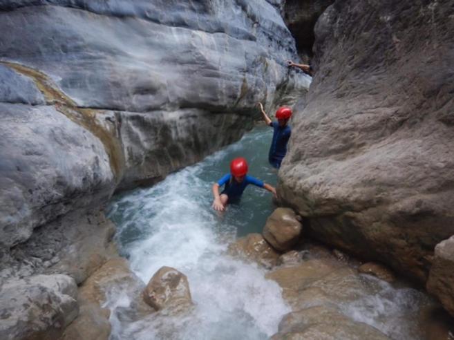 Quella gita nel canyon con  600 metri di rocce sulla testa  E c'è chi ci va con le infradito