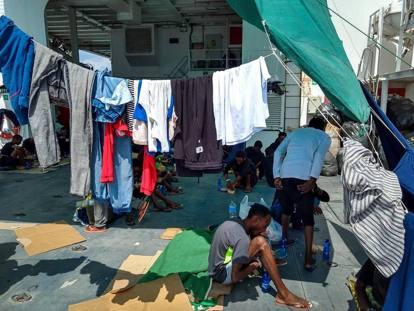 Nave Diciotti, le condizioni a bordo:                           panni stesi, cartoni come cuscini