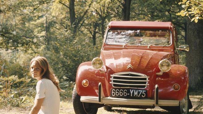 La Citroën 2CV nasceva 70 anni fa Il simbolo allegro del Novecento