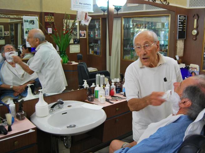Lieto, il barbiere del Forte  resiste a 90 anni: «Offerte folli per la mia bottega, ma non vendo»