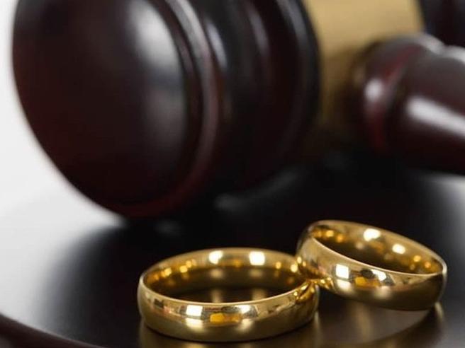 Divorzio, arriva in Senato la proposta che cancella l'assegno di mantenimentoChi è Pillon, tra