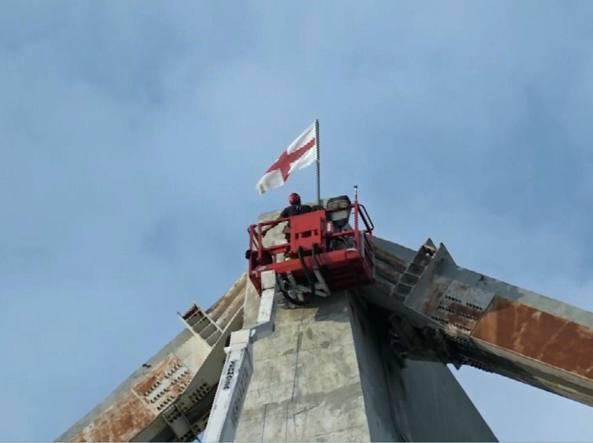 Ponte morandi i vigili del fuoco issano la bandiera di for Ponte delle cabine di rapsodia dei mari 2