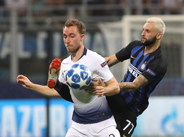 Christian Eriksen in contrasto con Marcelo Brozovic (Getty Images)