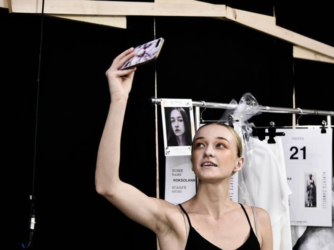 le modelle nel backstage (sempre con lo smartphone in mano)