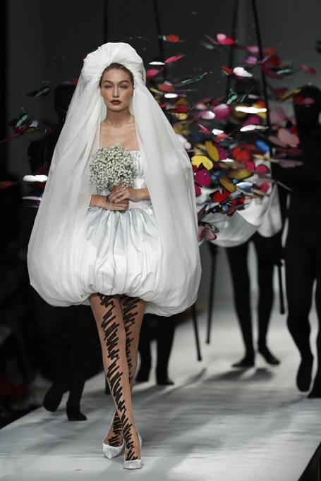 wholesale dealer 530ac 5b369 Moschino, la sposa Gigi Hadid con le farfalle svolazzanti ...