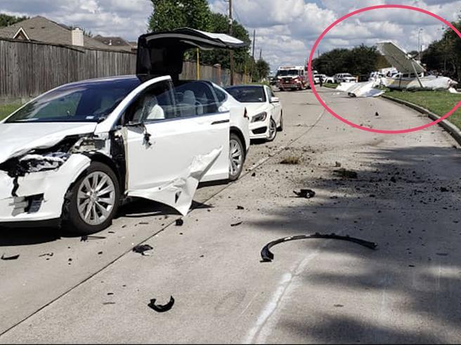 Tesla Model X colpita da un aereo della DEA: tutti illesi nell'incidente