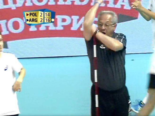 Argentina-Polonia 3-2, Velasco si sfoga con l'arbitro con il gesto dell'ombrello