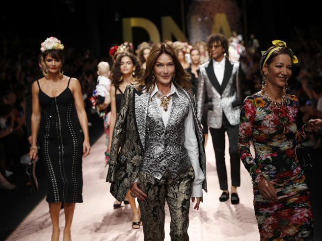 Dolce & Gabbana, la sfilata con le dive senza tempo Bellucci, Bruni e Rossellini. E le famiglie