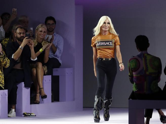 «La maison Versace in vendita a un gruppo Usa per 2 miliardi di dollari» La sfilata a Milano