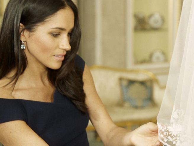 Meghan Markle, nel velo da sposa un pezzo di stoffa blu dell'abito indossato al primo appuntamento con Harry