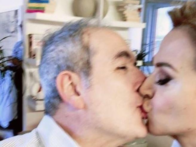 Lamberto Sposini, bacio social (sulla bocca) a Barbara D'Urso