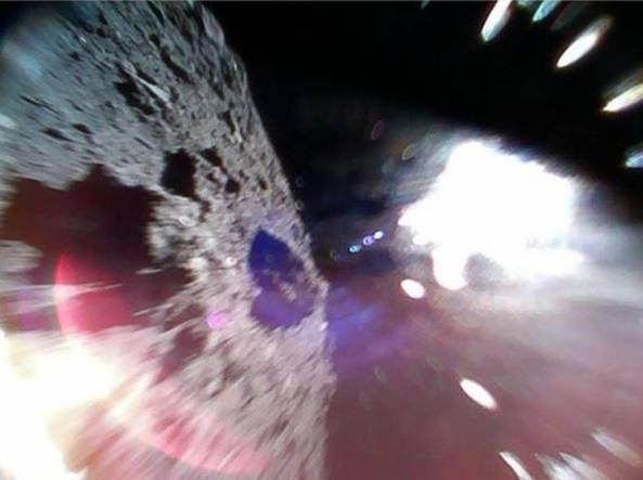 La prima immagine di Hayabusa 2 sull'asteroide Ryugu (Jaxa)