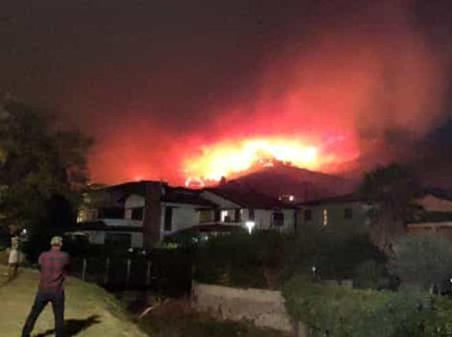 Brucia il monte Serra, fiamme verso Calci: 600 ettari in fum