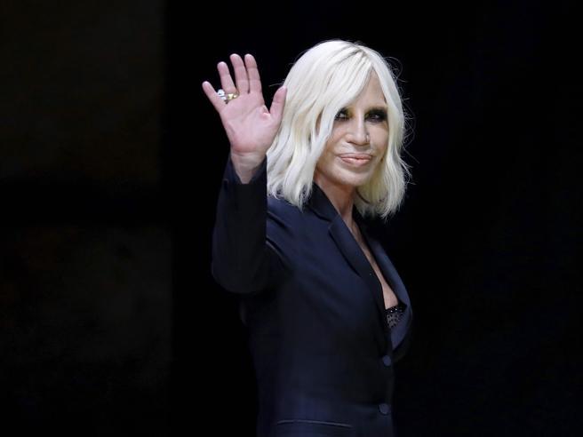 La vendita di Versace, parla Donatella: «In Italia nessuno si è fatto avanti»