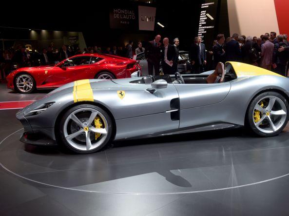 La Ferrari barchetta  Monza SP1 al Salone dei Parigi (foto Afp)