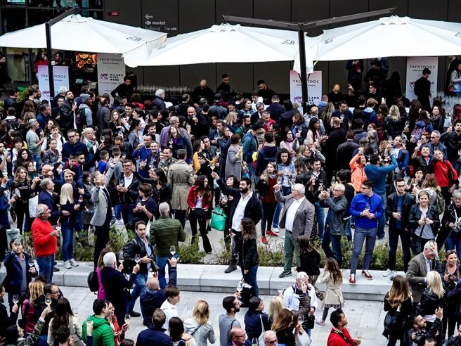 Un mega brindisi apre  la Milano Wine Week Bollicine per 3.000
