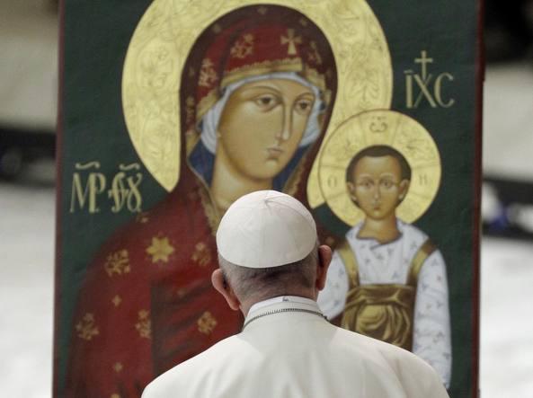 Papa Francesco davanti a un'icona della Madonna con il Bambino (Ap)