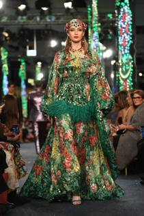 Abiti Eleganti Dolce E Gabbana.Dolce E Gabbana A Dubai Fanno Rivivere Il Sogno Di Sherazade Ma
