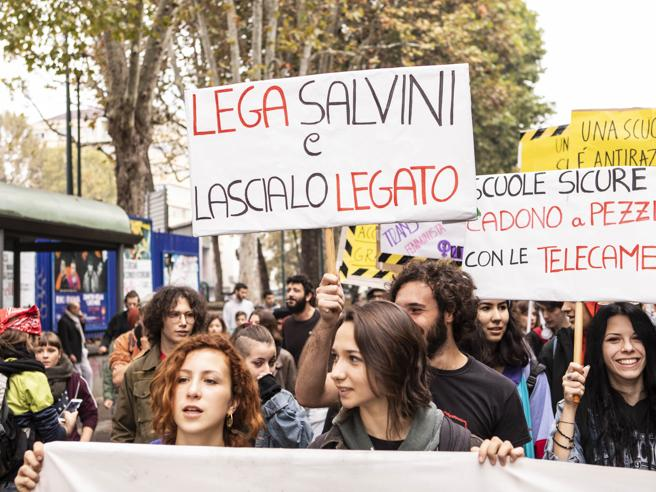 Studenti contro  il governo |  bruciati in piazza i manichini di Di Maio e Salvini - Le foto