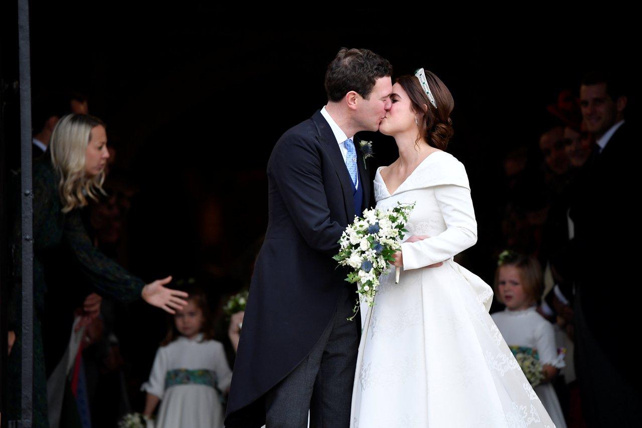 fe4334d2435e Niente velo per la sposa  Eugenia di York rompe la tradizione e sceglie di  non portare il velo. La tiara non è quella usata dalla madre quando si è  sposata ...