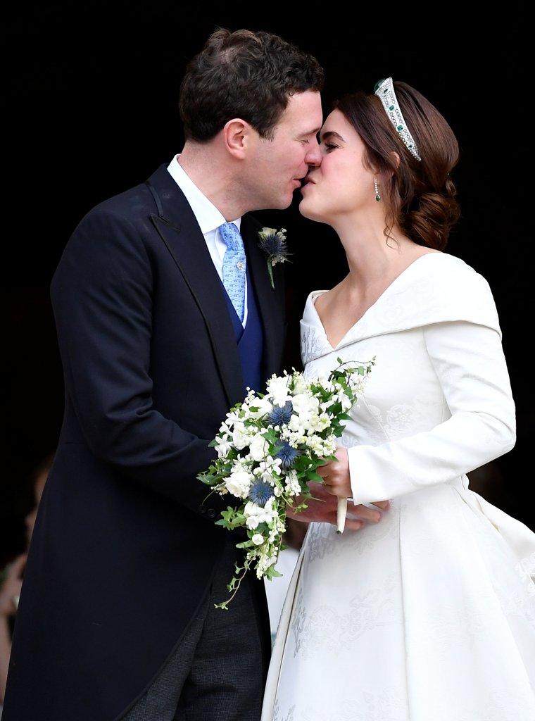 7884e1eeda62 Il bacio degli sposi all ingresso della cappella dopo la cerimonia di nozze  (Reuters)