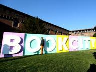 BookCity invade Milano Letture in autobus e flash mob