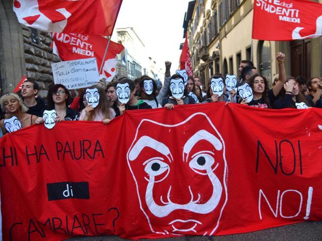 Preside di Salerno agli studenti: «Sospensione per chi ha scioperato»
