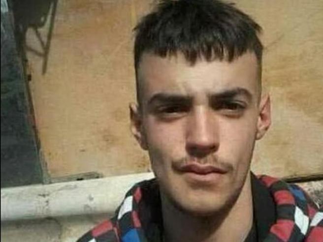Macomer, gli amici del 18enne ucciso: «Spariamo alla madre»