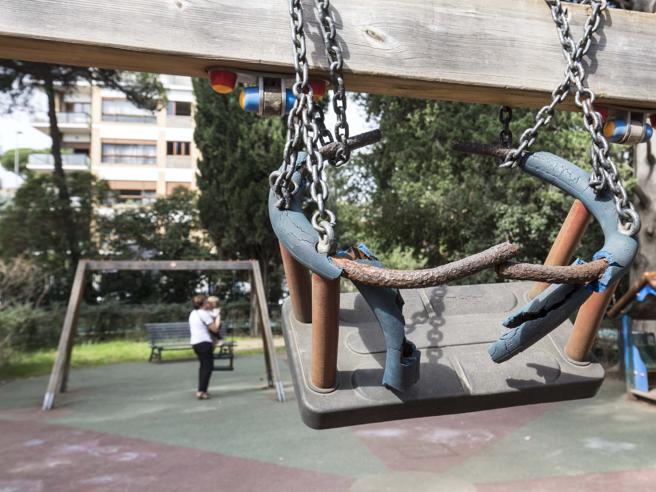 La lettera di 5 bimbe guidate da un nonno: «I nostri giochi al parco sono tutti rotti»     Foto 1 2