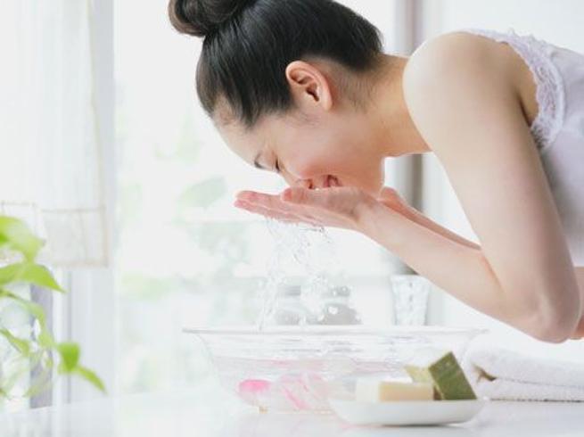 Dall'acqua di rose all'aceto di mele,i prodotti alternativi usati dalle star per lavare il viso