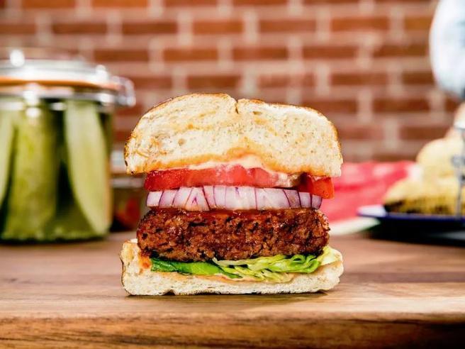 «Ecco come si crea la carne dalle proteine di piselli»: i segreti dell'hamburger vegetale