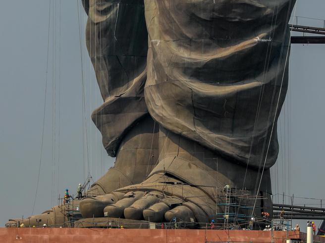 India, ecco la statua più alta del mondo: misura 182 metri e raffigura il politico Patel Foto