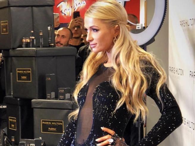Paris Hilton a Milano, folla di gente per un selfie con lei