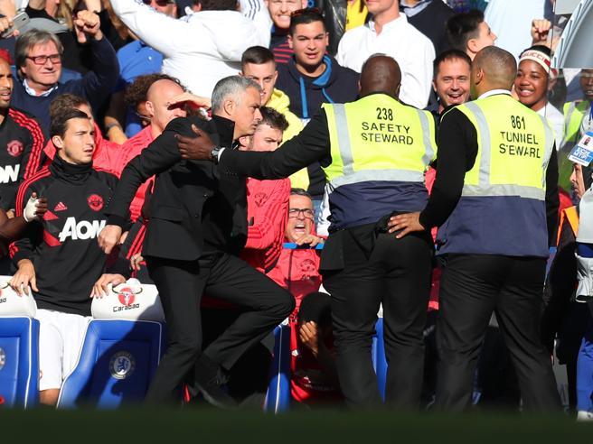 Mourinho, l'ira contro la panchina di Sarri dopo il pareggio al 96' del Chelsea contro il Manchester United