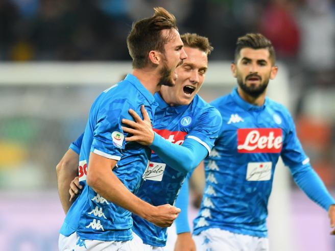 Il Napoli travolge l'Udinese  e va a meno quattro Classific