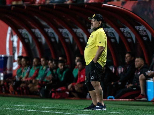Maradona ha difficoltà a camminare, rischia di doversi impiantare due protesi alle ginocchia
