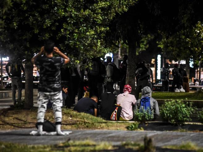 Migranti picchiati con mazze da baseball, ronda razzista a Brindisi