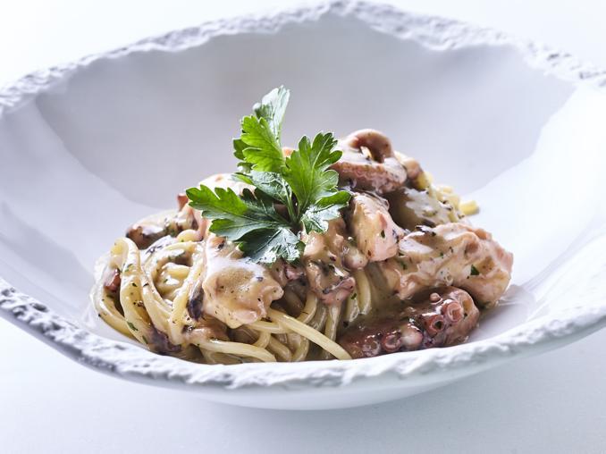 Gli spaghettoni con aglio, olio, peperoncino e polpo del ristorante Acanto