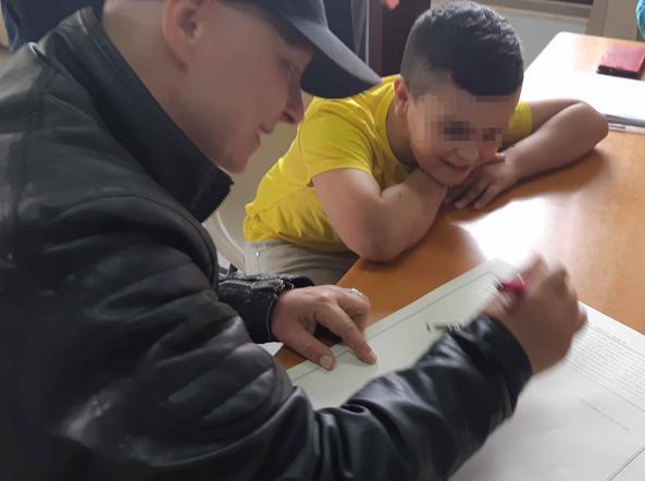 Catia firma il riconoscimento insieme al figlio