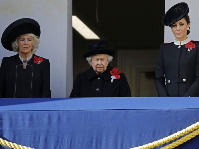 Londra: al centenario dell'Armistizio le smorfie della regina Elisabetta