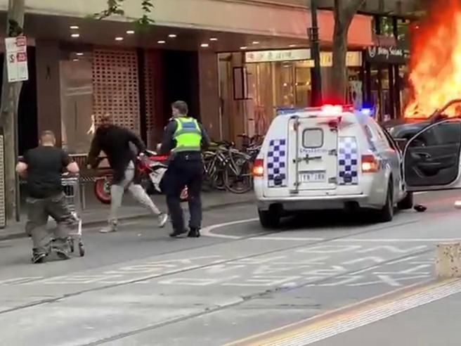 Donazioni record per «trolley man», il senzatetto che aggredì il terrorista col carrello|Il video