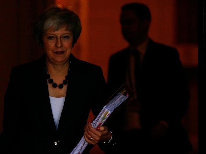 Brexit, il governo britannico dice sì all'intesa con l'Unione europea. Ma ora May rischia la sfiducia