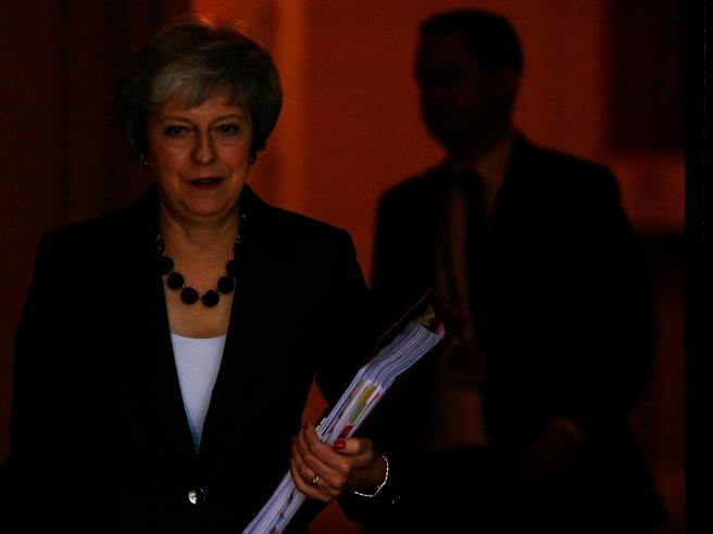 Brexit, il governo britannico dice sì all'intesa con l'Unione europea. Ma ora May rischia la sfiducia