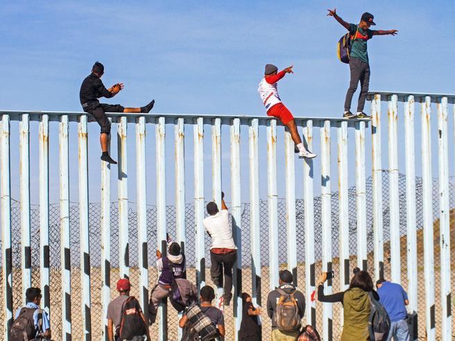 Carovana di migranti verso gli Usa: il primo gruppo ha raggiunto il confine