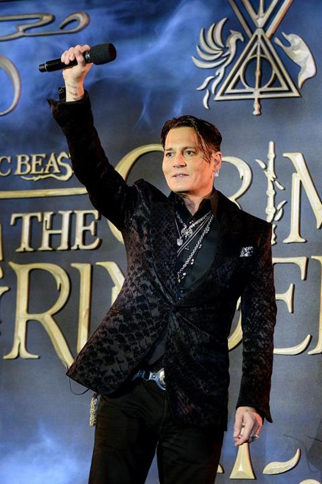 Johnny Depp decisamente in forma alla prima di Animali Fantastici