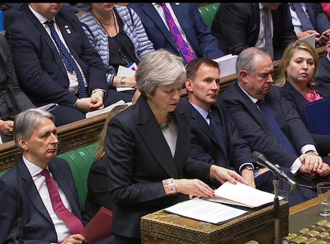 Scossa Brexit, via 4 ministri. Due deputati dei Tories chiedono la sfiducia a May Live