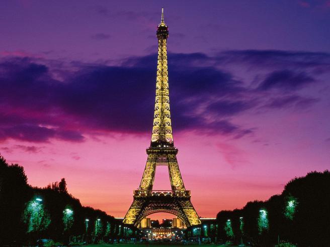 Scatti proibiti, i 10 posti nel mondo dove non si possono fare foto. Dalla Torre Eiffel (di notte e illuminata) agli uffici postali Usa