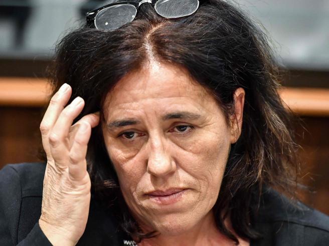 Partorisce e nasconde la figlia per 2 anni nel bagagliaio dell'auto: il caso di Rosa Maria da Cruz scuote la Francia
